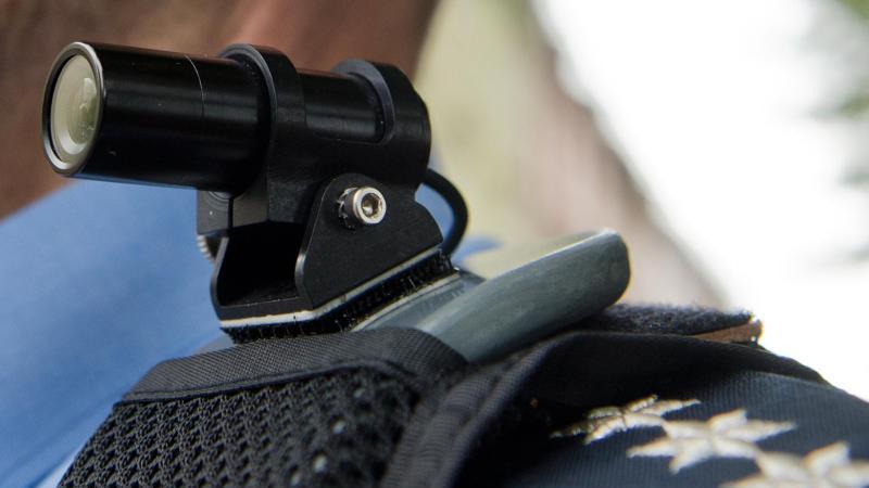 """Eine """"Bodycam"""" auf der Schulter eines Polizisten. Foto: Boris Roessler/dpa/Symbolbild"""