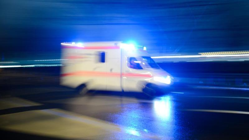 Krankenwagen mit Blaulicht. Foto: Lukas Schulze/dpa/Symbolbild