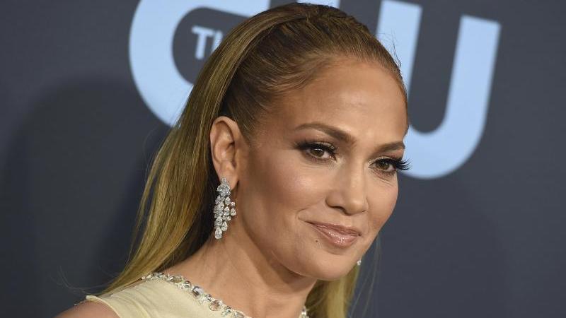 """""""Ihr seid zu mehr auserwählt worden, als nur auf das College zu gehen und einen Job anzunehmen. Ihr seid dazu auserwählt worden, die Welt zu verändern"""", sagt Jennifer Lopez. Foto: Jordan Strauss/Invision/AP/dpa"""