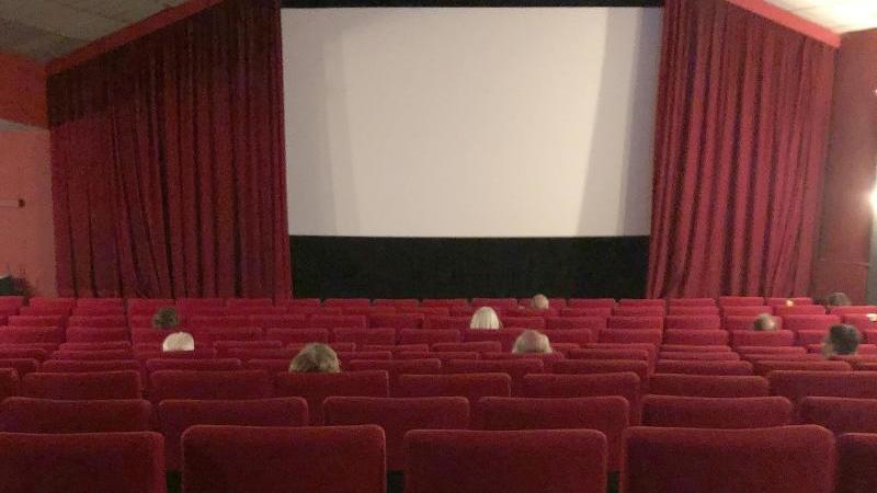 Medienvertreter sitzen in einem Kinosaal eines Programmkinos. Foto: Christiane Bosch/dpa