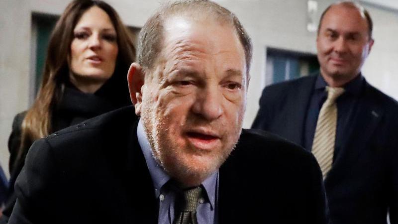 Harvey Weinstein (m.) hat sich mit einigen Klägerinnen auf einen fast 19 Millionen Dollar schweren Vergleich geeinigt. Foto: Richard Drew/AP/dpa