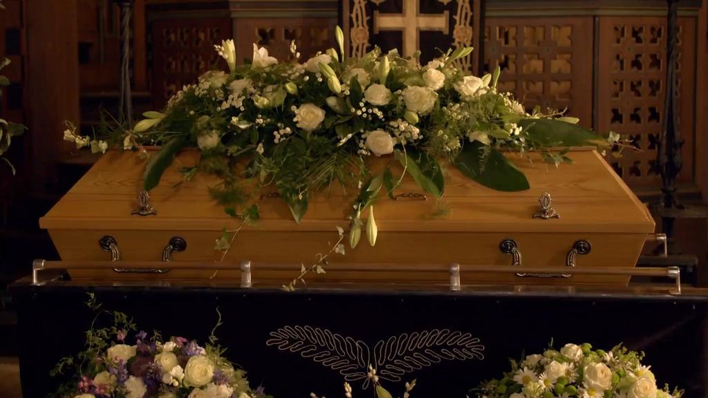 Alex' Beerdigung auf TVNOW sehen!