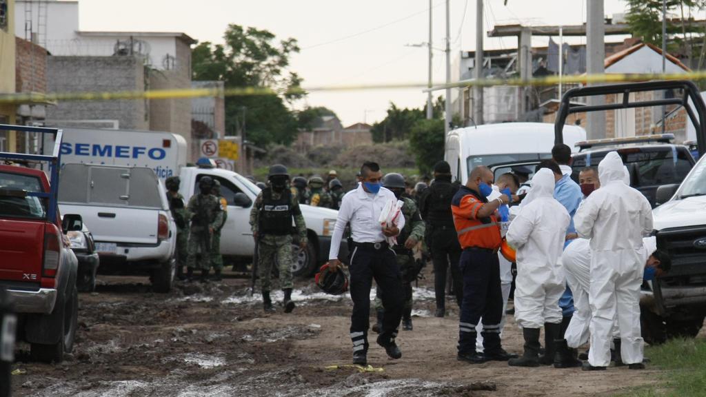 01.07.2020, Mexiko, Irapuato: Forensiker bereiten sich darauf vor, in eine Einrichtung für Suchttherapie einzutreten. Mindestens 24 Menschen sind in einer Einrichtung für Suchttherapie in Mexiko erschossen worden. Foto: Mario Armas/AP/dpa +++ dpa-Bil