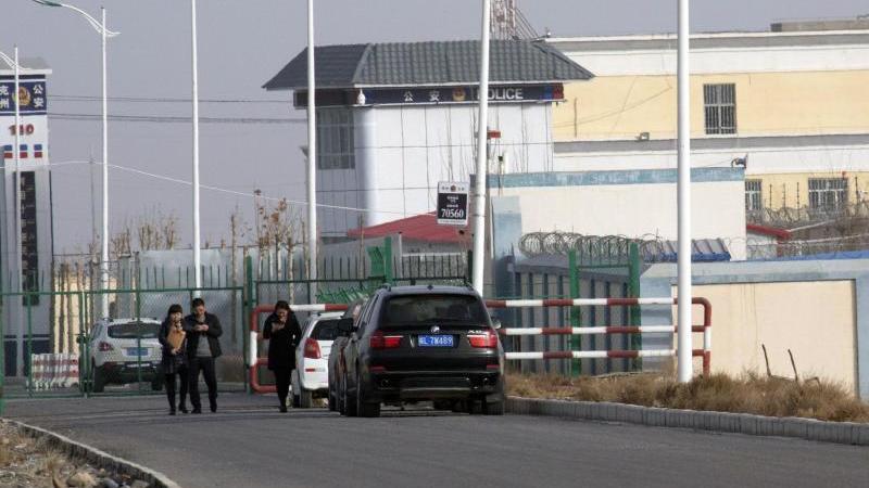 """""""Artux City Vocational Skills Education Training Service Center"""" in der westchinesischen Region Xinjiang. Der US-Zoll hat chinesische Produkte aus menschlichem Haar beschlagnahmt, die in Zwangsarbeit hergestellt worden sein sollen. Foto: Ng Han Guan/AP/dp"""
