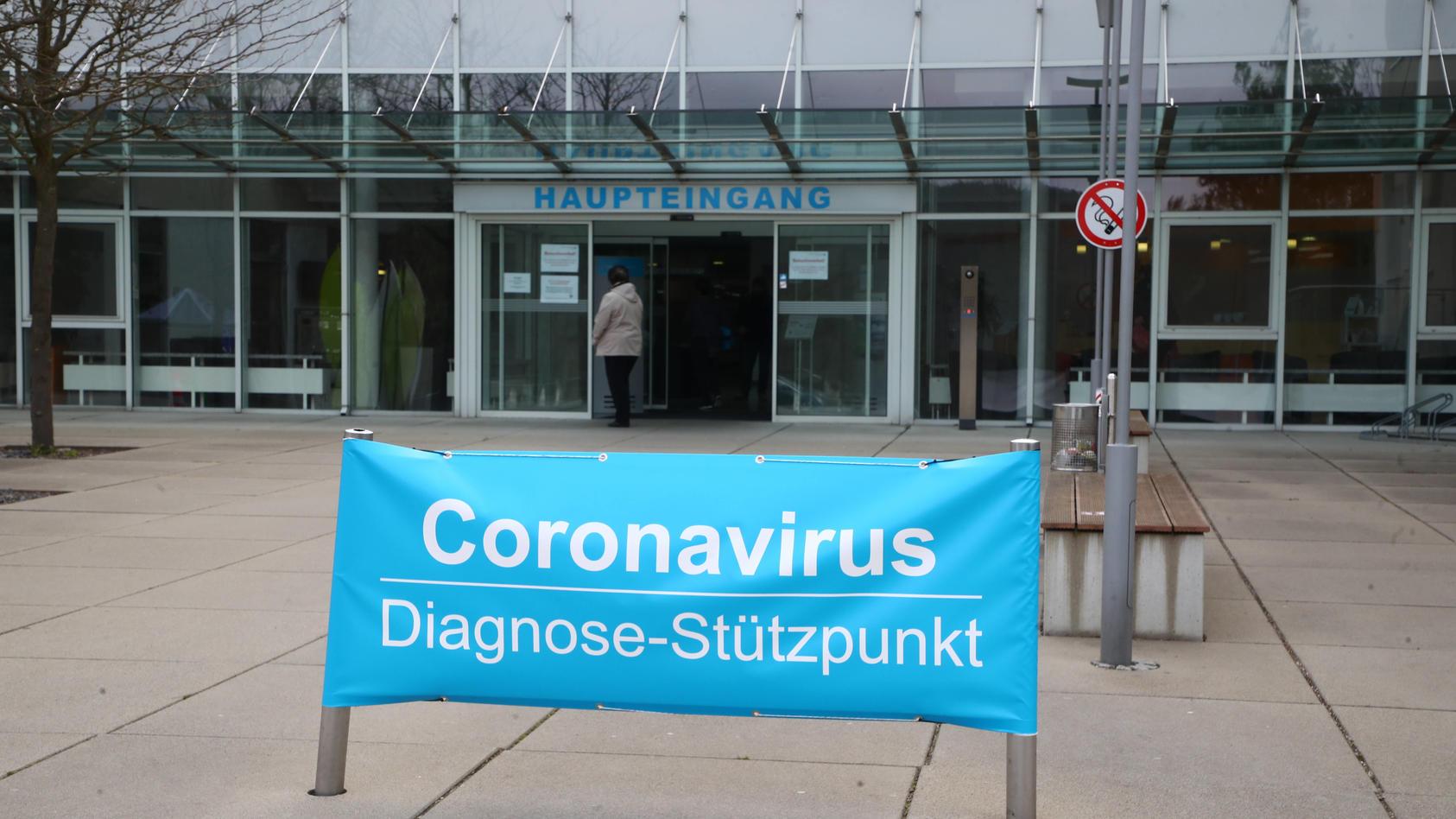 Ein improvisiertes Banner weist im März auf den Coronavirus-Diagnose-Stützpunkt am Eingang des Krankenhauses in Greiz hin.