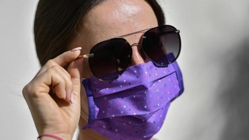 Vor allem an heißen Tagen empfinden viele Menschen die Mund-Nasen-Bedeckung als störend. Foto: Kirsten Neumann/dpa-tmn