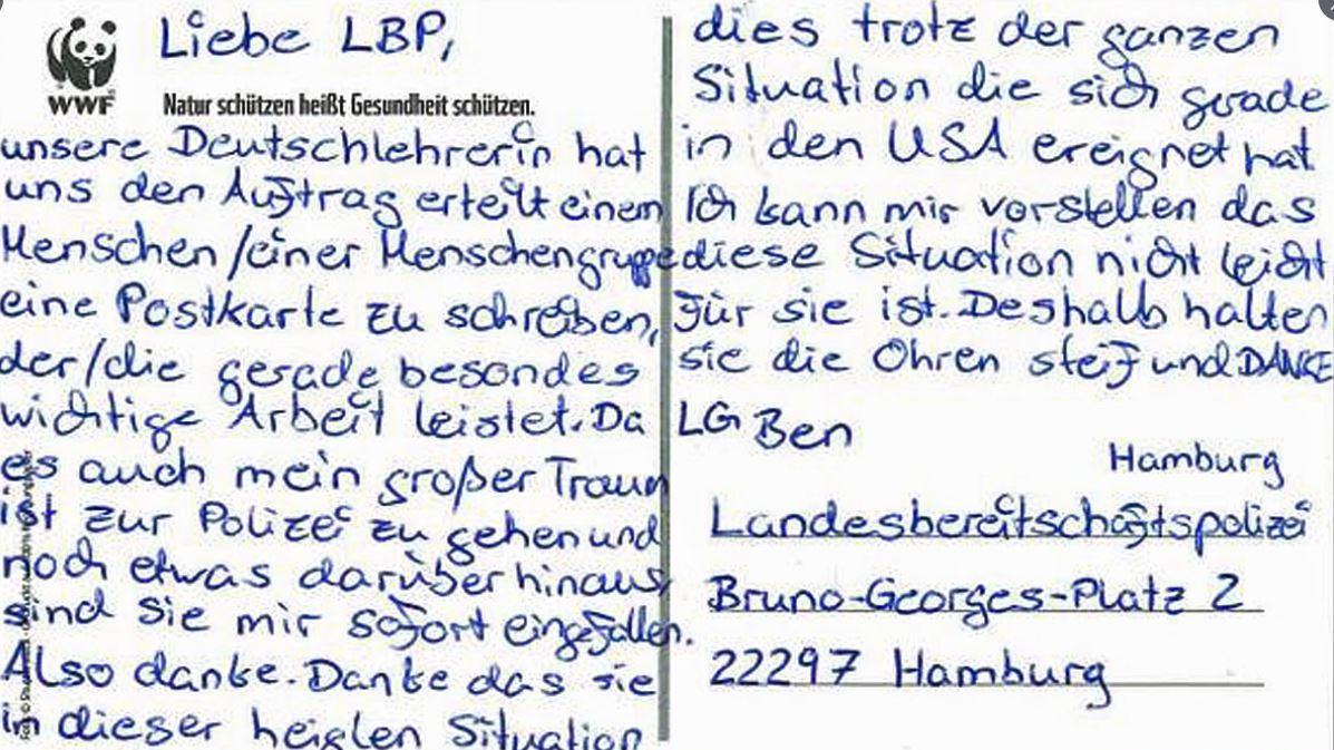 Seit die Polizei Hamburg diese Postkarte veröffentlicht hat, hagelt es im Netz Kritik.