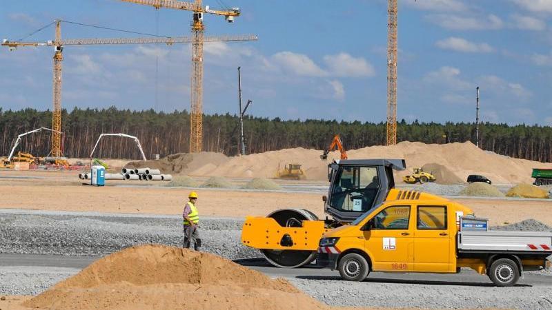 Baukrähne und Baumaschinen sind auf dem Gelände der künftigen Tesla Giga-Factory zu sehen. Foto: Patrick Pleul/dpa-Zentralbild/dpa