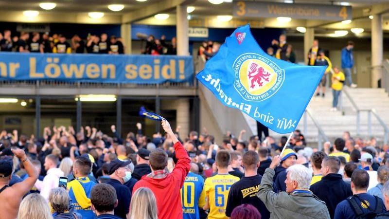 Mehr als tausend Fans haben am Mittwochabend den Aufstieg ihres Vereins in die 2. Bundesliga gefeiert. Foto: Hauke-Christian Dittrich/dpa/Archivbild