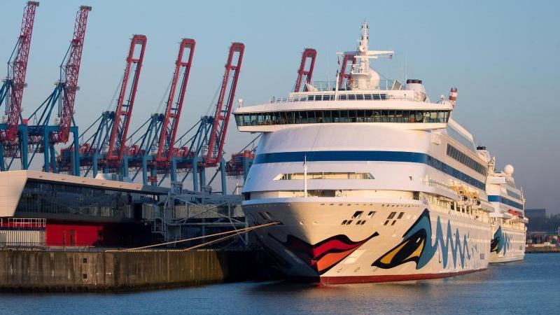 """Die beiden Aida-Schiffe """"Aidaaura"""" und """"Aidacara"""" (r) liegen am Kreuzfahrt-Terminal Steinwerder. Foto: Christian Charisius/dpa"""