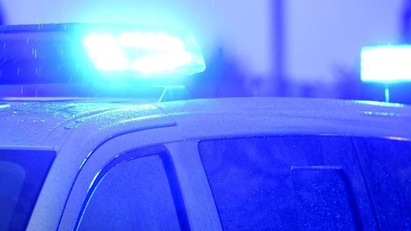 Ein Blaulicht leuchtet auf dem Dach eines Polizeifahrzeugs. Foto: Carsten Rehder/dpa/Symbolbild