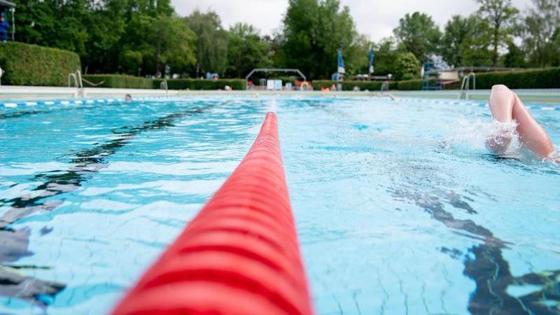 Freizeitsportler schwimmen im Sommerbad Wilmersdorf. Foto: Kay Nietfeld/dpa