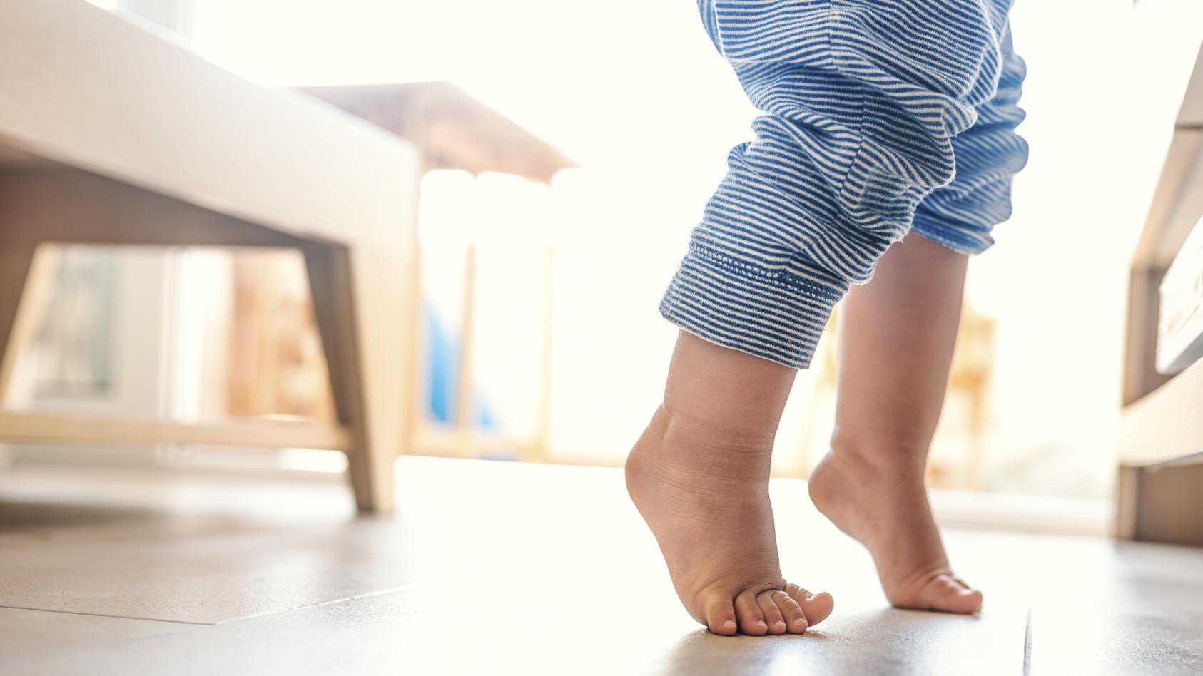 Im 8. Wachstumsschub zu Beginn des zweiten Lebensjahres lernt das Baby unter anderem das Laufen und wird etwas launisch. So können Sie Ihr Kind während dieser Phase unterstützen.