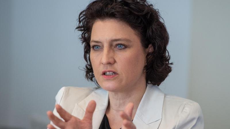 Carola Reimann (SPD spricht bei einer Pressekonferenz. Foto: Christophe Gateau/dpa/Archivbild