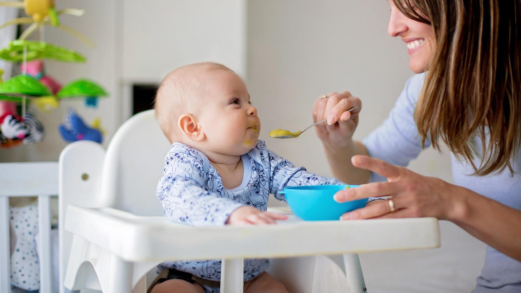 Wenn das Baby lernt, allein zu essen, bedeutet das eine große Umstellung, bei der kein Kissen sauber bleibt. Wie Sie es dabei am besten unterstützen, verraten wir hier . kleckern erlaubt.