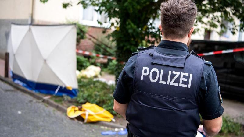 Ein Polizist steht am Ort des tödlichen Polizeieinsatzes. Foto: Sina Schuldt/dpa/Archivbild