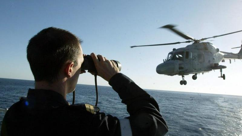 """Ein Hubschrauber der französischen Marine hebt von der Fregatte """"Tourville"""" auf dem Roten Meer ab. Foto: Patrick Baz/AFP POOL/epa/dpa"""