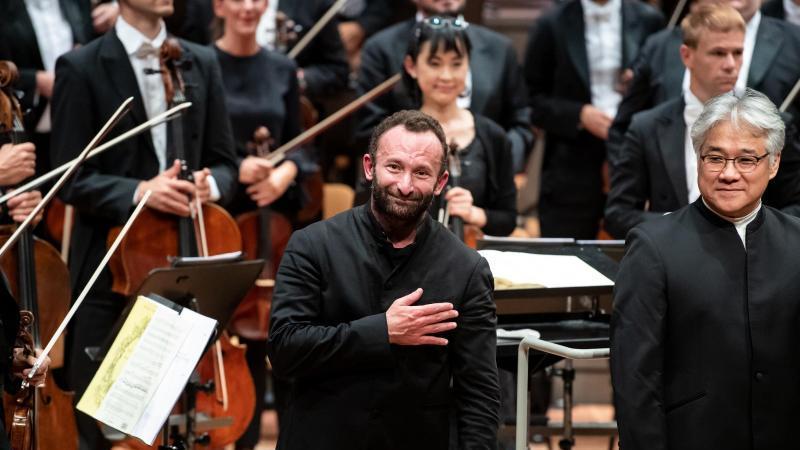 Kirill Petrenko (M), Chefdirigent der Berliner Philharmoniker, verbeugt sich. Foto: Bernd von Jutrczenka/dpa/Archivbild