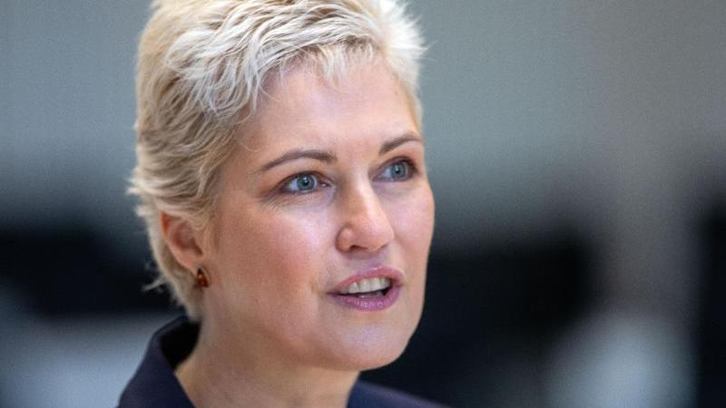 Manuela Schwesig (SPD) bei einem Gespräch. Foto: Jens Büttner/dpa-Zentralbild/dpa/Archivbild