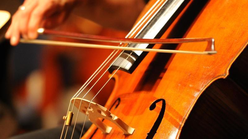 Ein Musiker spielt auf einem Cello. Foto: Jens Kalaene/dpa-Zentralbild/dpa/Symbolbild