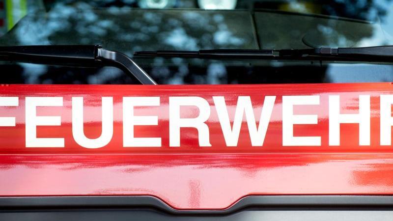 Ein Fahrzeug der Feuerwehr steht am Straßenrand. Foto: Hauke-Christian Dittrich/dpa/Symbolbild
