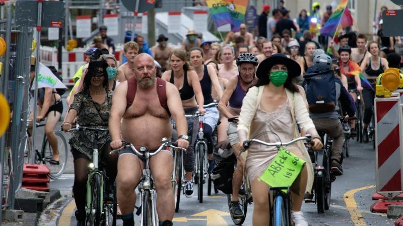 """Teilnehmer beim zweiten """"Cologne Naked Bike Ride"""". Foto: Henning Kaiser/dpa"""