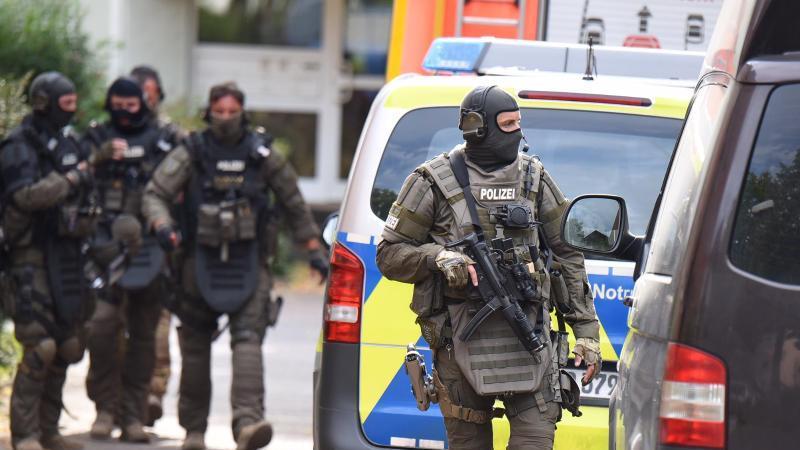Spezialkräfte der Polizei am Tatort in Offenbach. Foto: Jürgen Mahnke/dpa