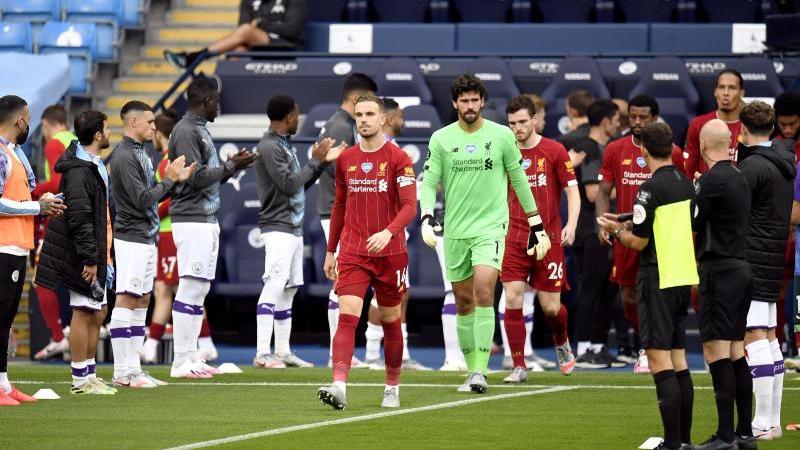Die Mannschaft von Manchester City stand Spalier für den FC Liverpool. Foto: Peter Powell/Nmc Pool/PA Wire/dpa