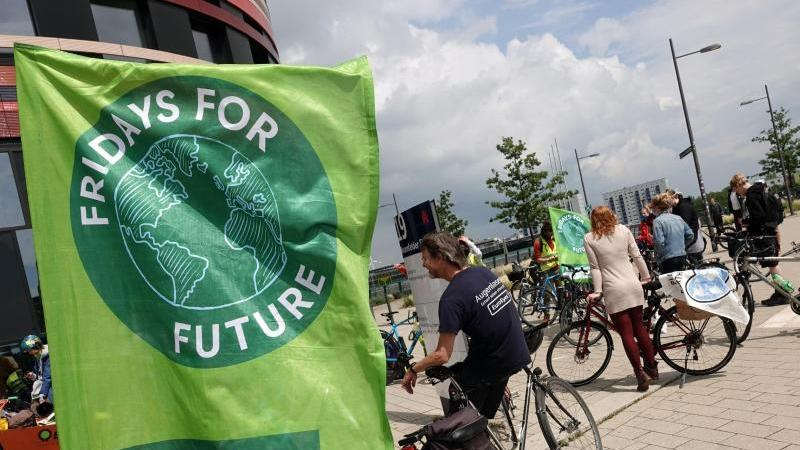 "Aktivisten bei einem ""Fridays For Future""-Protest in Hamburg. Foto: Jonas Klüter/dpa"