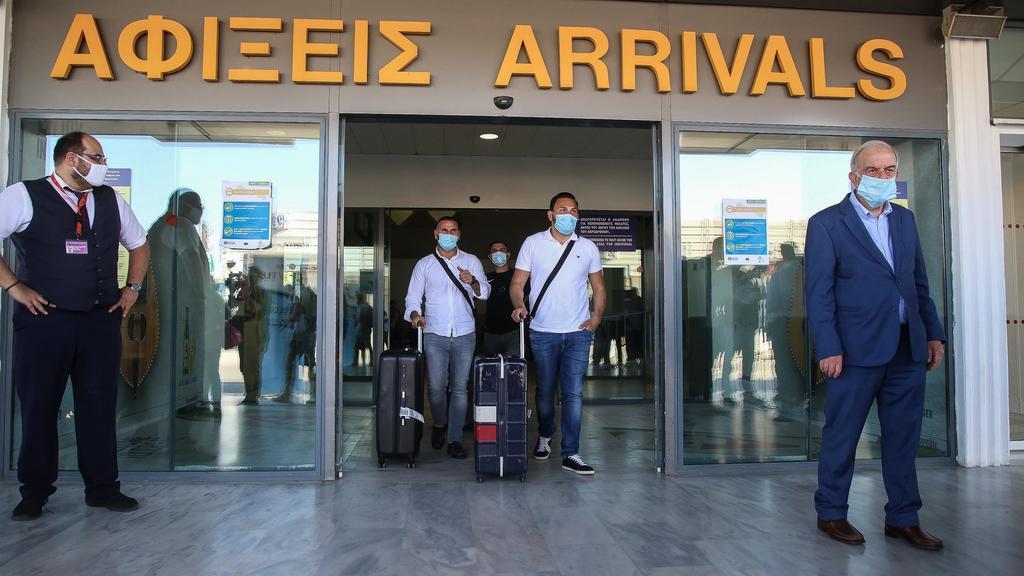 01.07.2020, Griechenland, Iraklion: Touristen mit medizinischem Mundschutz kommen am internationalen Flughafen der griechischen Insel Kreta an. Landesweit wurden alle Flughäfen für Auslandsflüge geöffnet. Erstmals nach Ausbruch der Corona-Pandemie si