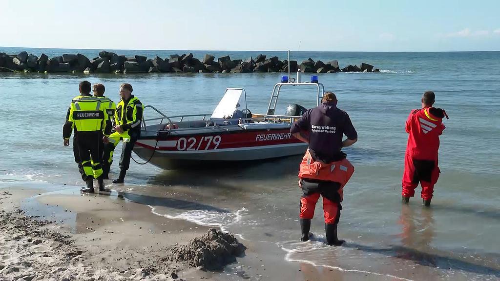 Tragisches Unglück in Ahrenshoop: Ein 32-Jähriger rettet zwei Kinder aus der Ostsee, kommt dann ums Leben.