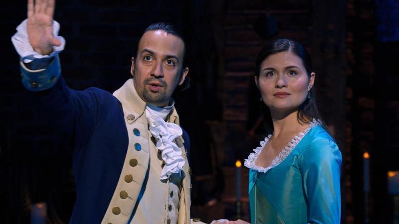 "Lin-Manuel Miranda als Alexander Hamilton und Phillipa Soo als Eliza Hamilton in einer Szene des Musicals ""Hamilton"". Foto: Disney+/dpa"