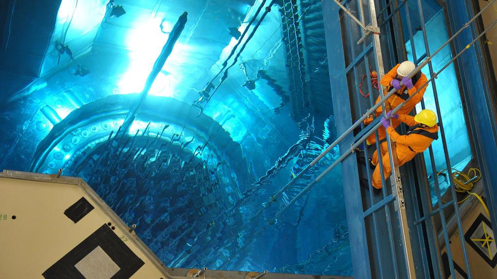 ARCHIV - 10.06.2010, Bayern, Grafenrheinfeld: Arbeiter im AKW Grafenrheinfeld setzen während der jährlichen Revision Messsonden in den Reaktordruckbehälter, in dem die Brennelemente bereits eingesetzt wurden. Das Atomkraftwerk wurde am 27.06.2015 sti
