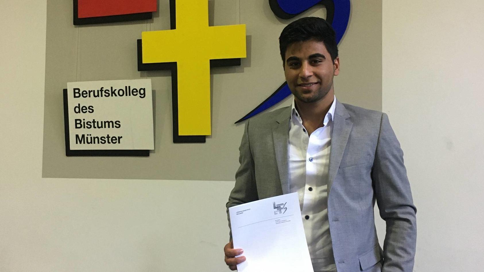 Nesar Ahmad Aliyar hat es geschafft: Obwohl er erst vor fünf Jahren aus Afghanistan nach Deutschland kam, hat er in Windeseile Deutsch gelernt und jetzt sein Abitur mit einem Durchschnitt von 0,8 abgeschlossen.