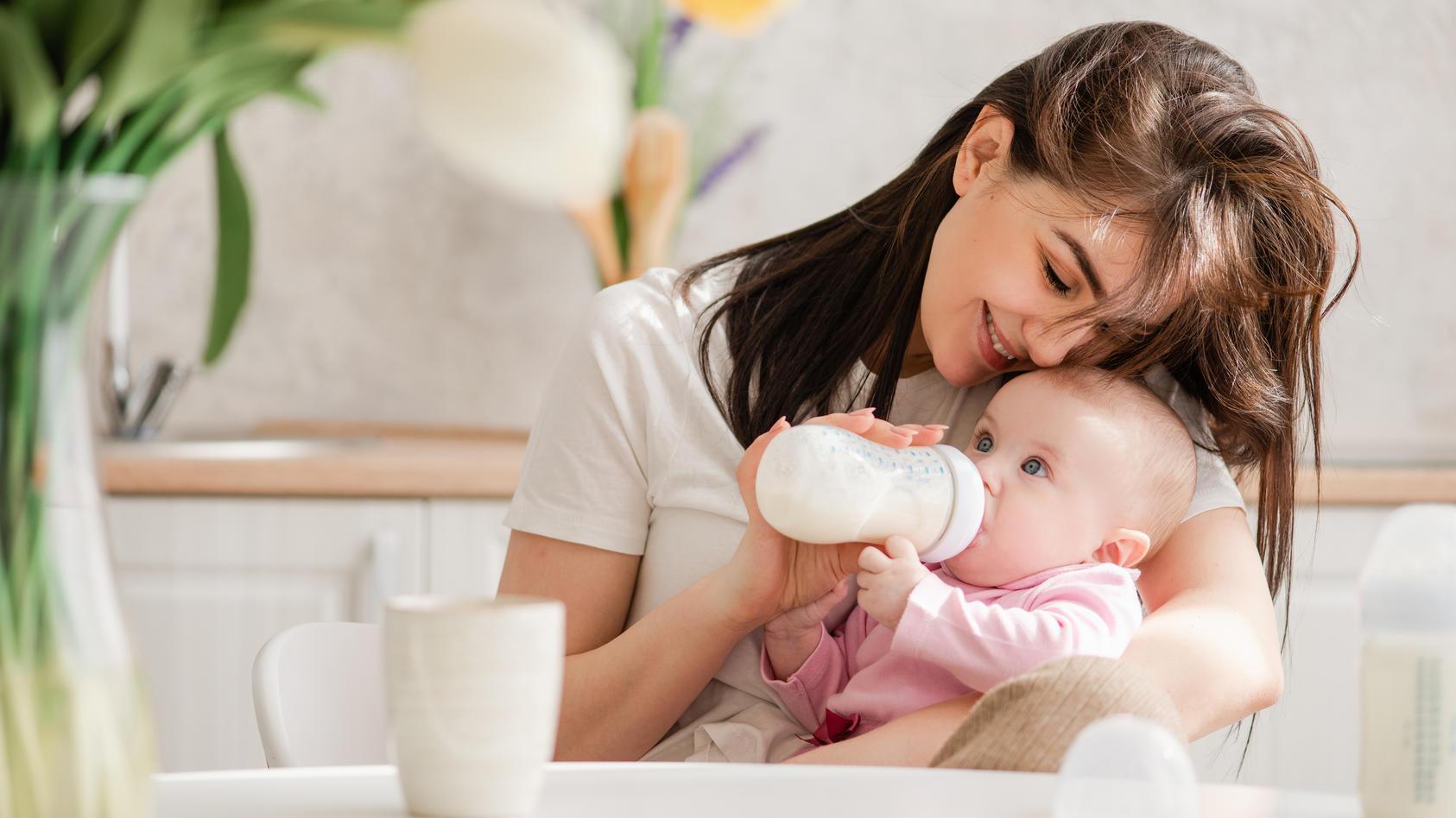 Babymilch kann eine gute Alternative zur Muttermilch darstellen - sie hat alle Nährstoffe, die das Baby braucht.