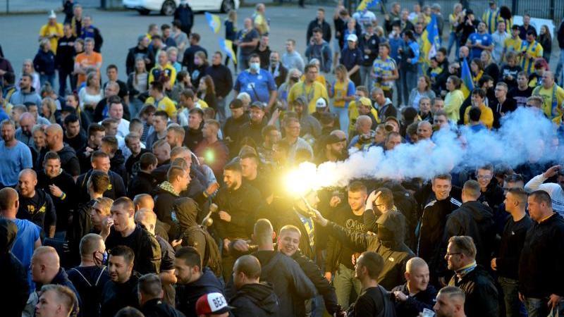 Fans feiern vor demStadion Braunschweigs Aufstieg in die 2. Bundesliga. Foto: Hauke-Christian Dittrich/dpa/Archivbild
