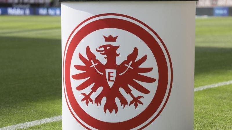 Das Logo von Eintracht Frankfurt auf einem Pult. Foto: Frank Rumpenhorst/dpa/Symbolbild