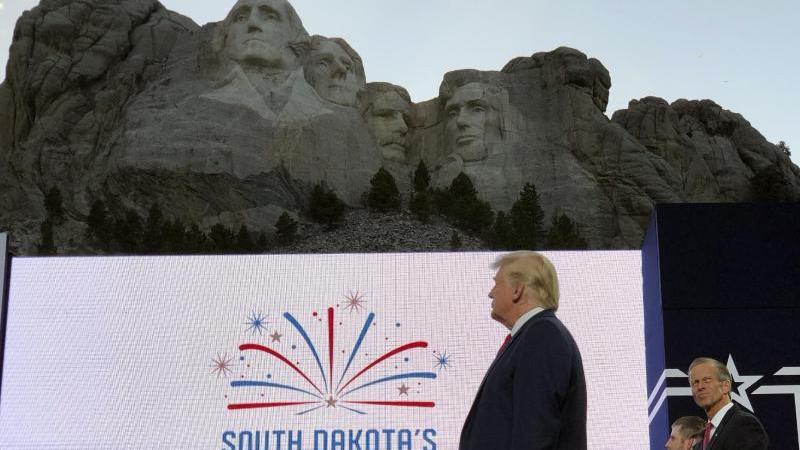 US-Präsident Donald Trump läutet die Feierlichkeiten zum Unabhängigkeitstag ein. Foto: Alex Brandon/AP/dpa