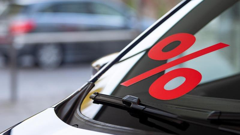 Autohersteller und -händler drehen wieder stärker an den Rabattschrauben. Foto: Sebastian Gollnow/dpa