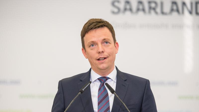 Saarlands Ministerpräsident Hans (CDU) warnt die guten Umfragewerte zu zerreden. Foto: Oliver Dietze/dpa