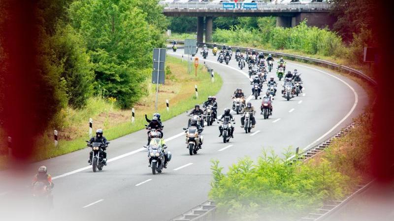 Motorradfahrer fahren während einer Demonstrationsfahrt auf der Autobahn. Foto: Hauke-Christian Dittrich/dpa/Archivbild