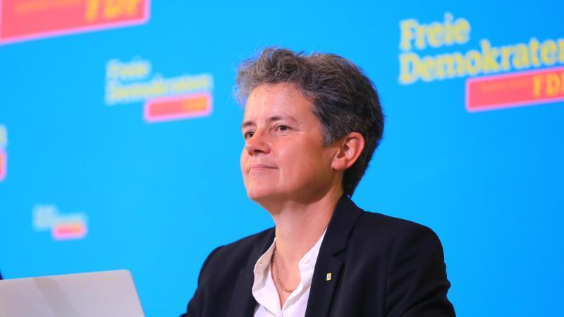 Vize-Landeschefin Lydia Hüskens sitzt beim Landesparteitag der FDP Sachsen-Anhalt auf dem Podium. Foto: Peter Gercke/dpa-Zentralbild/dpa