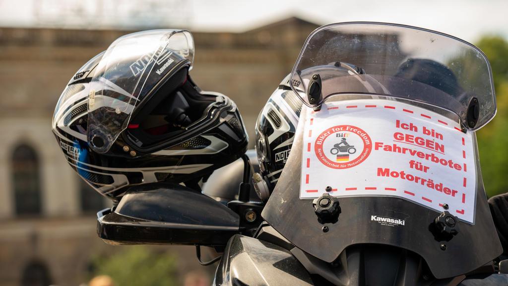 """04.07.2020, Dresden: Ein geparktes Motorrad mit einem kleinen Banner mit der Aufschrift """"Biker for Freedom Ich bin GEGEN Fahrverbote für Motorräder"""". Mehr als 1.000 Biker und Bikerinnen sind zu einer Demonstration gegen drohende Fahrverbote für Motor"""