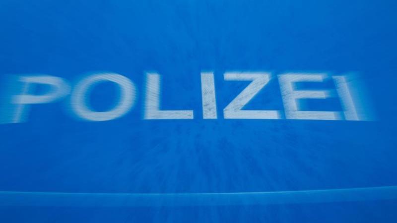 """Schriftzug """"Polizei"""" auf der Motorhaube eines Funkstreifenwagens. Foto: Jens Büttner/dpa-Zentralbild/dpa/Symbolbild"""