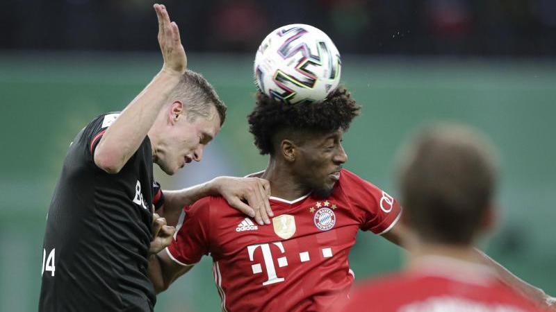 Leverkusens Sven Bender (l) und Bayerns Kingsley Coman kämpfen um den Ball. Foto: Michael Sohn/AP Pool/dpa
