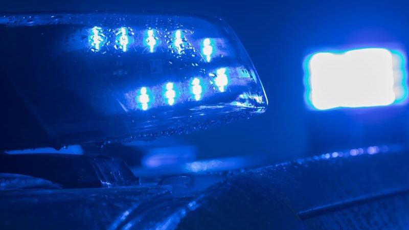 Blaulichter leuchten auf einem Streifenwagen der Polizei. Foto: Jens Büttner/zb/dpa/Archivbild