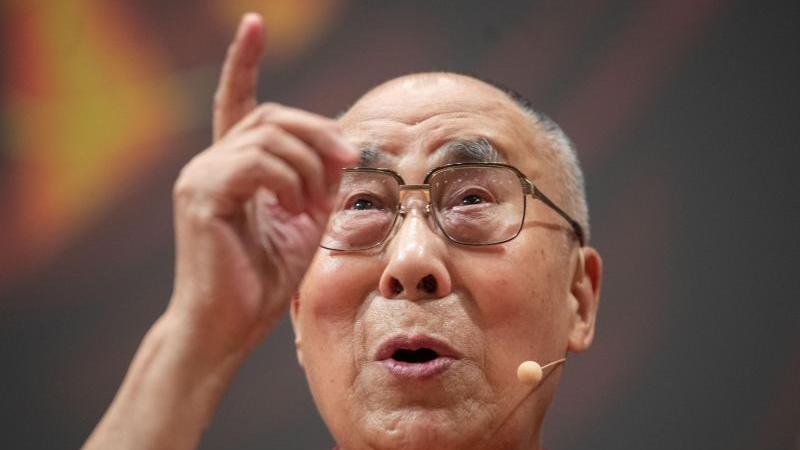 Der Dalai Lama, das geistige Oberhaupt der Tibeter, wird 85. Foto: Marijan Murat/dpa