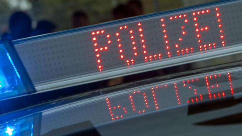 """Blaulicht und Schriftzug """"Polizei"""" auf dem Dach eines Funkstreifenwagens. Foto: Jens Büttner/dpa-Zentralbild/dpa/Symbolbild"""