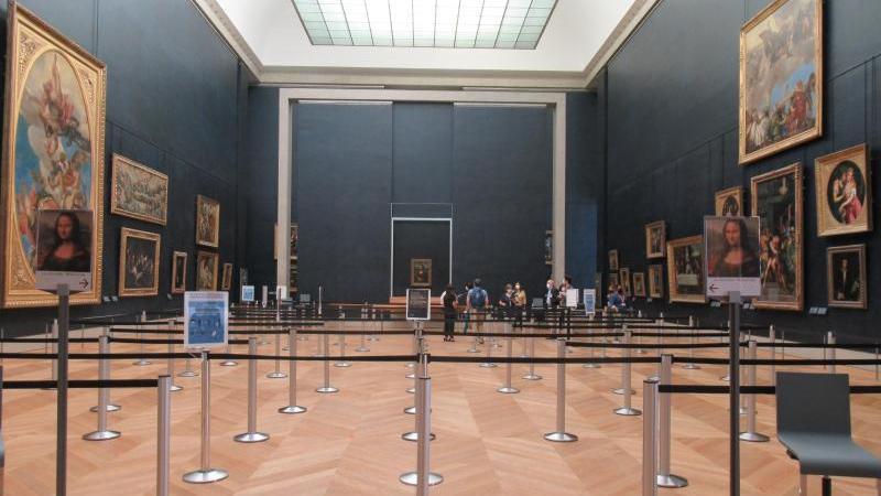 """Der Weg zur """"Mona Lisa"""" im Louvre ist stark gesichert. Foto: Sabine Glaubitz/dpa"""