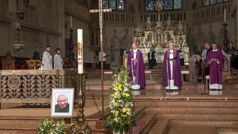 Dompropst Franz Frühmorgen (2.v.r) würdigt den ehemaligen Domkapellmeister Georg Ratzinger. Foto: Uwe Moosburger/Bistum Regensburg/dpa